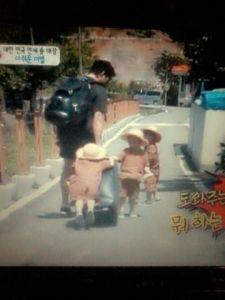 ini foto Keluarga Song (tanpa Eomma) di mana Bang Manse naik ke koper. Gokil